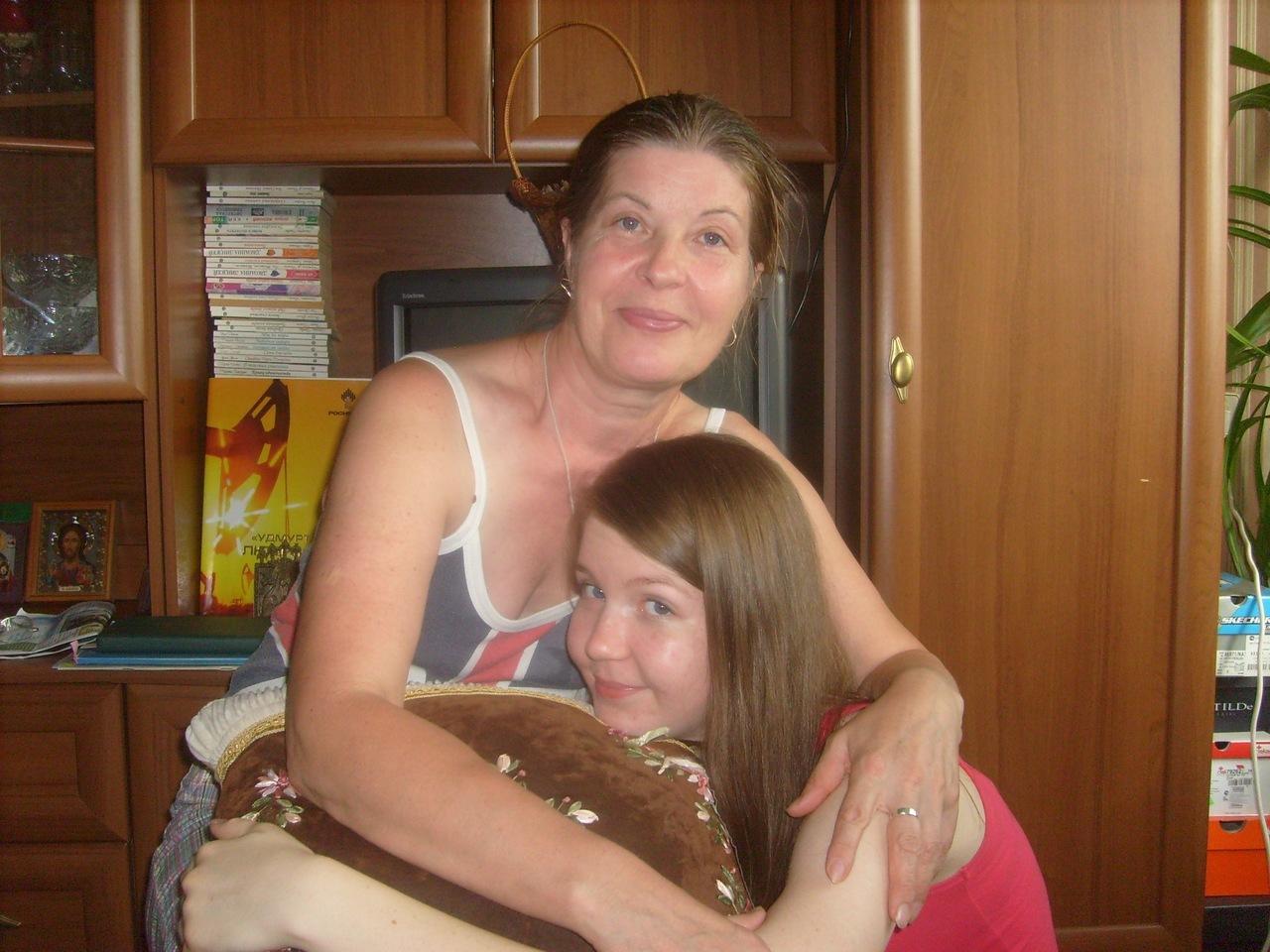Поставили дочку раком, Поставили раком и трахают дочь и маму 7 фотография
