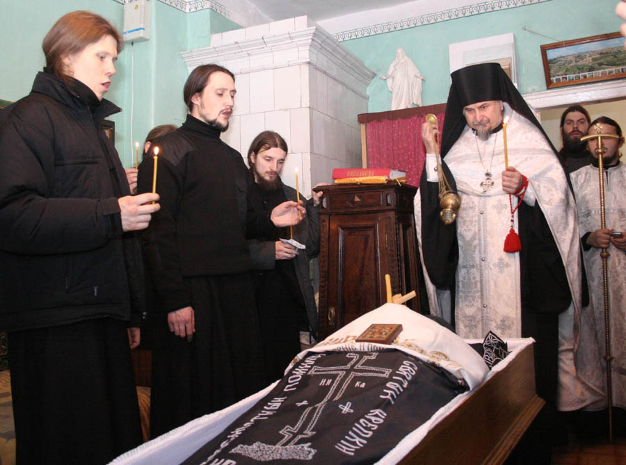 карте показано иоанн крестьянкин фото с похорон Кириллом возвращаются Москву