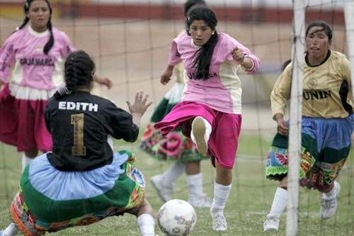 Лучший вратарь Перу, госпожа Эдит, пропускает гол :(